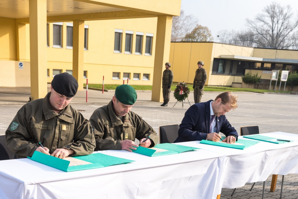 The Austrian Federal Armed Forces and RUAG Ammotec Austria are working together even more closely going forward. High-ranking representatives signed the formal cooperation agreement on 7 November of last year (from left to right): Birg Gen. Jürgen Baranyai Kdt Heerestruppenschulen, Leut-Col Roland Schantl Kdt Institut Jäger, Georg Coester General Manager RUAG Ammotec Austria